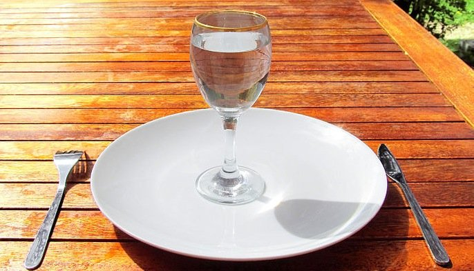 https://dam.tbg.com.mx/http://i.muyinteresante.com.mx/dam/salud/15/03/687px-Fasting_4-Fasting-a-glass-of-water-on-an-empty-plate.jpg.imgo.jpg