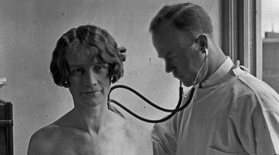 https://dam.tbg.com.mx/http://i.muyinteresante.com.mx/dam/salud/15/07/569px-Doctor_and_patient_in_City_Hospital_Tuberculosis_Division_1927.jpg.imgo.jpg