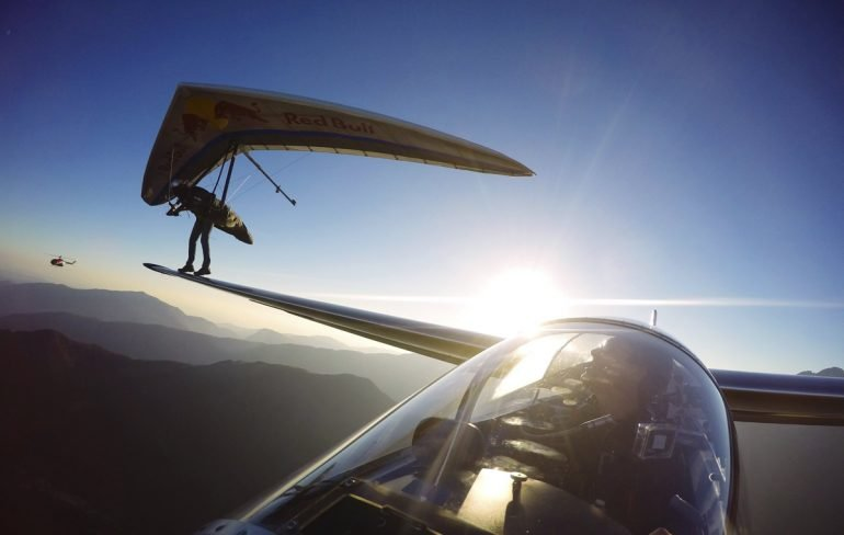 https://tved-prod.adobecqms.net/http://i.muyinteresante.com.mx/dam/video/15/02/hang-glider-lands-on-wing-of-a-sail-plane.jpg.imgo.jpg